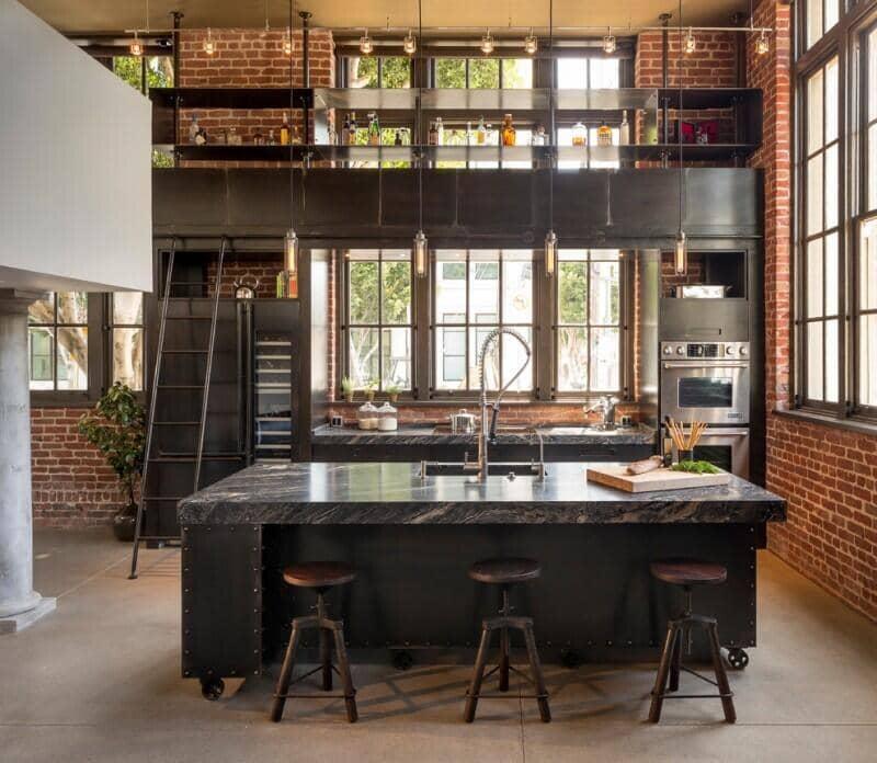 cocina estilo industrial con metal y ladrillo visto