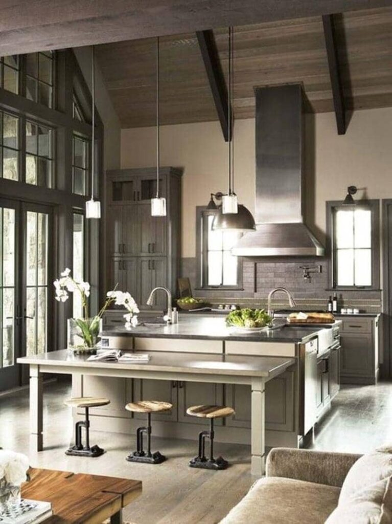 cocina estilo industrial con techo de madera