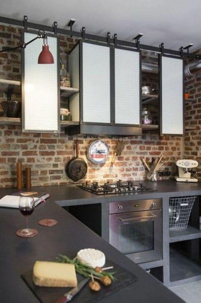 cocina estilo industrial con alacena de puertas corredizas