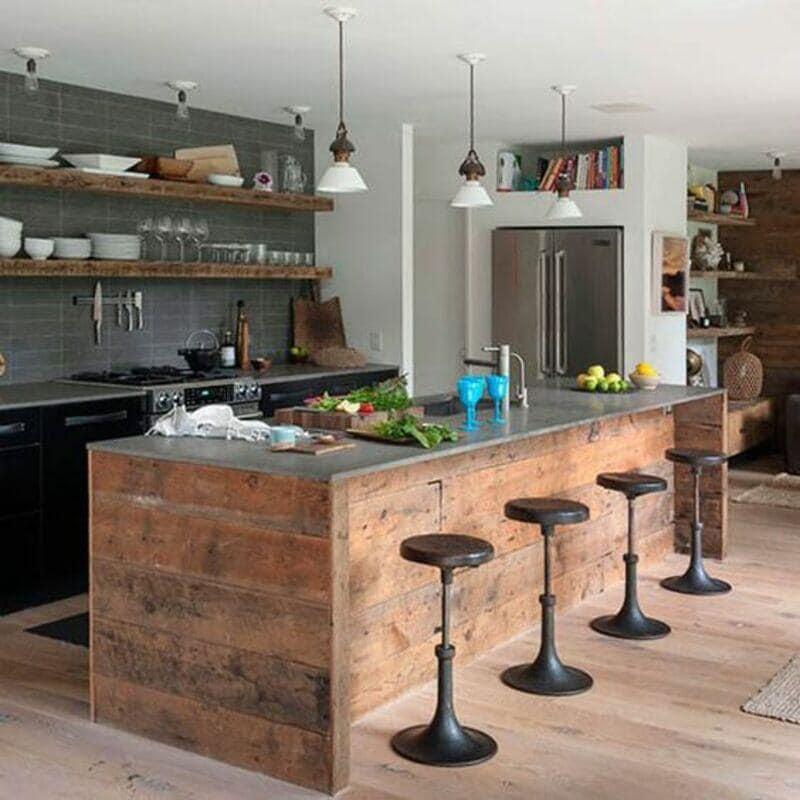 cocina estilo industrial con isla revestida en madera