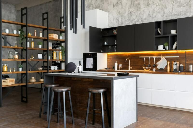 cocina estilo industrial con estantería de metal y madera