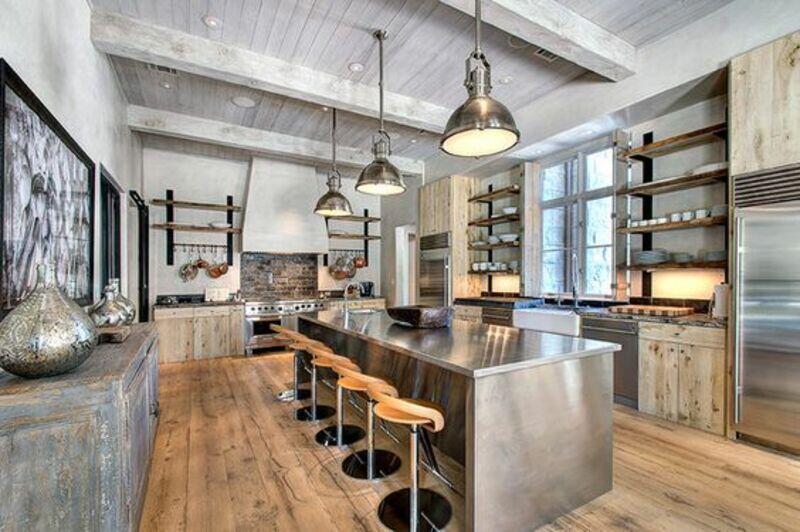 cocina estilo industrial con isla en acero inoxidable