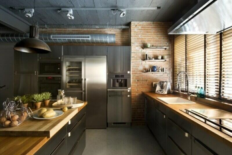 cocina estilo industrial con ladrillo visto y muebles de madera
