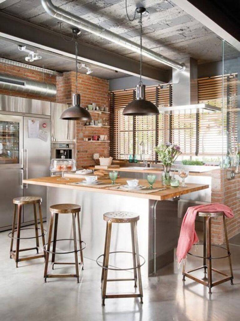 cocina estilo industrial con estructura y tuberías a la vista