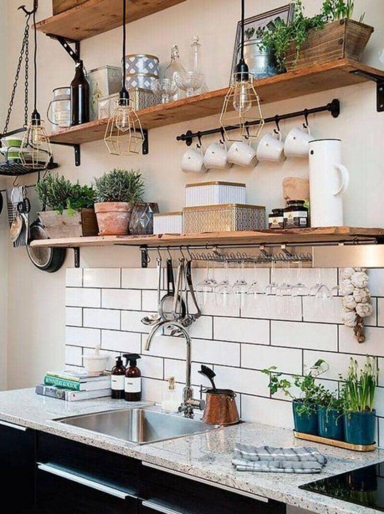 cocina estilo industrial con estanterías de madera