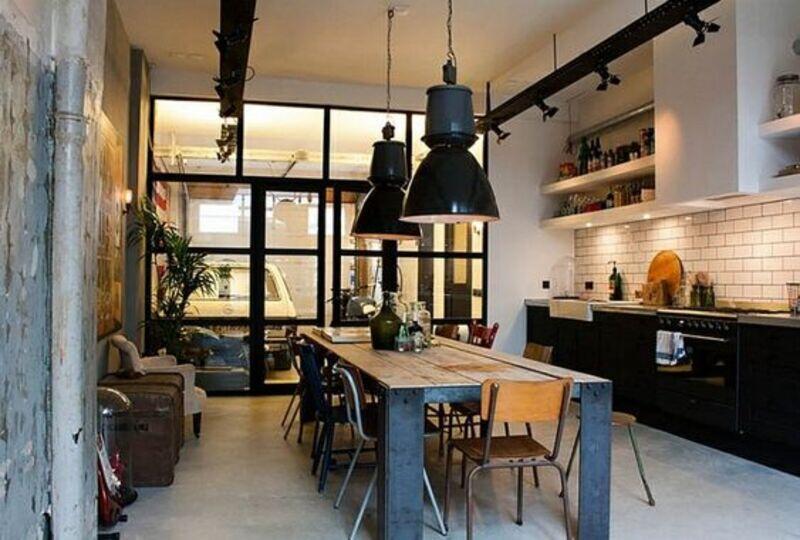 cocina estilo industrial con división en metal y vidrio