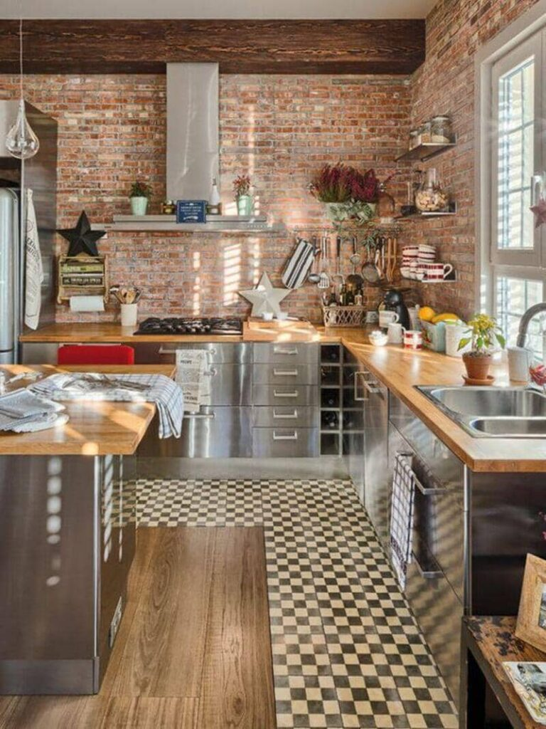 cocina estilo industrial con muebles en acero inoxidable