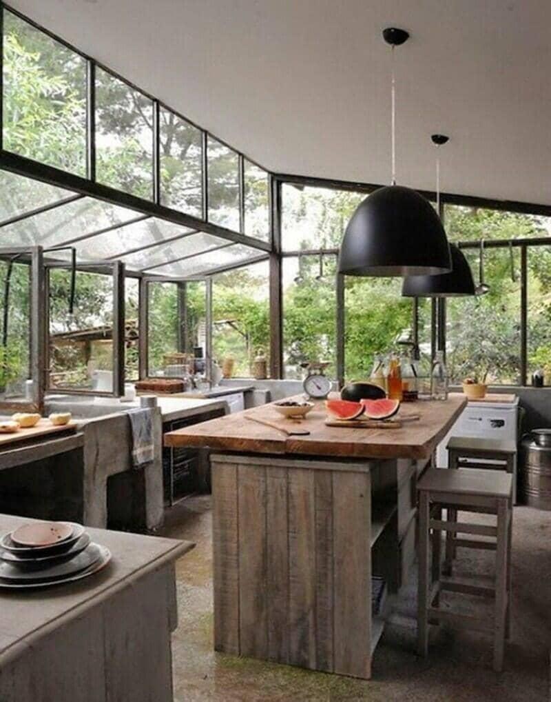 cocina estilo industrial con ventanales y mucho verde
