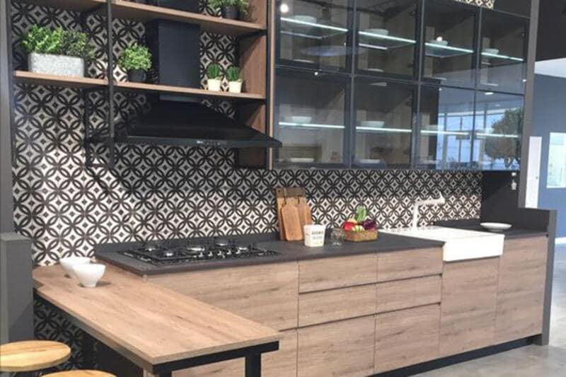 cocina estilo industrial con alacena de vidrio