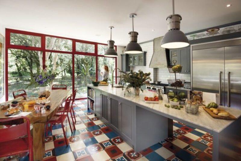 cocina estilo industrial con piso de colores