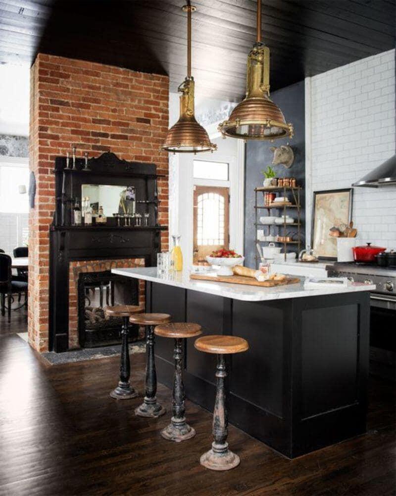 cocina estilo industrial con isla y ladrillo visto