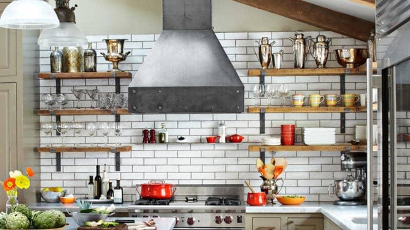 cocina estilo industrial con pared de ladrillo blanca