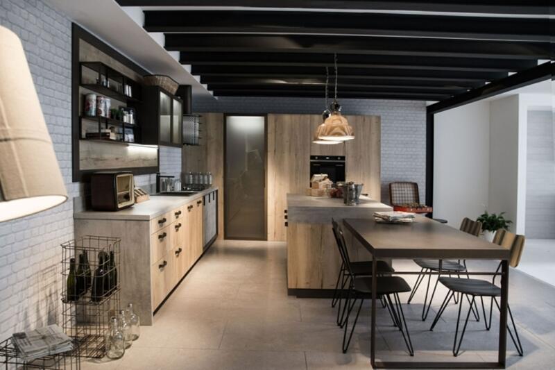 cocina estilo industrial con techo de vigas