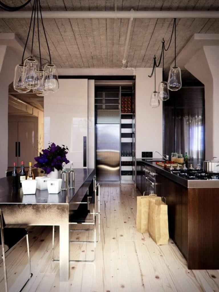 cocina estilo industrial con mesa de acero inoxidable