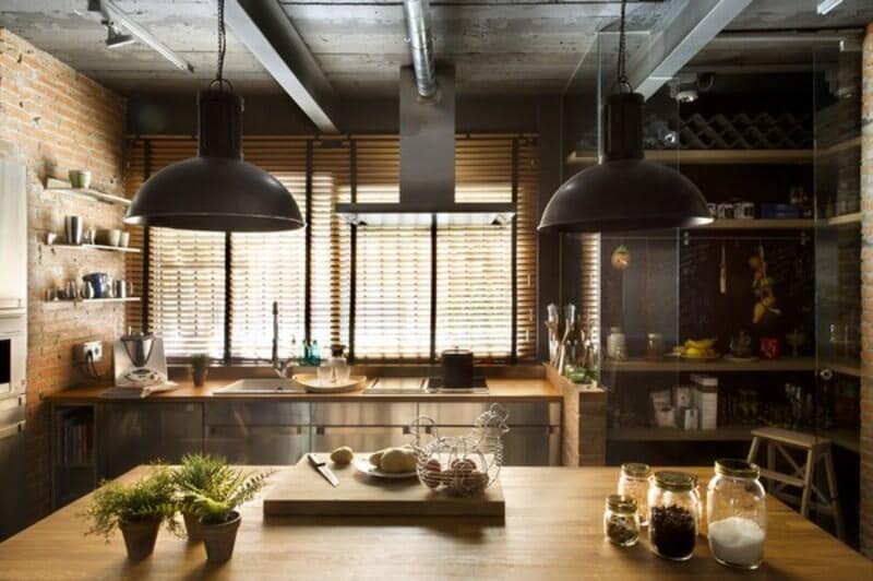 cocina estilo industrial con plafones e isla