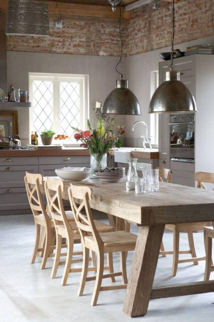 cocina estilo industrial con mesa y sillas de madera
