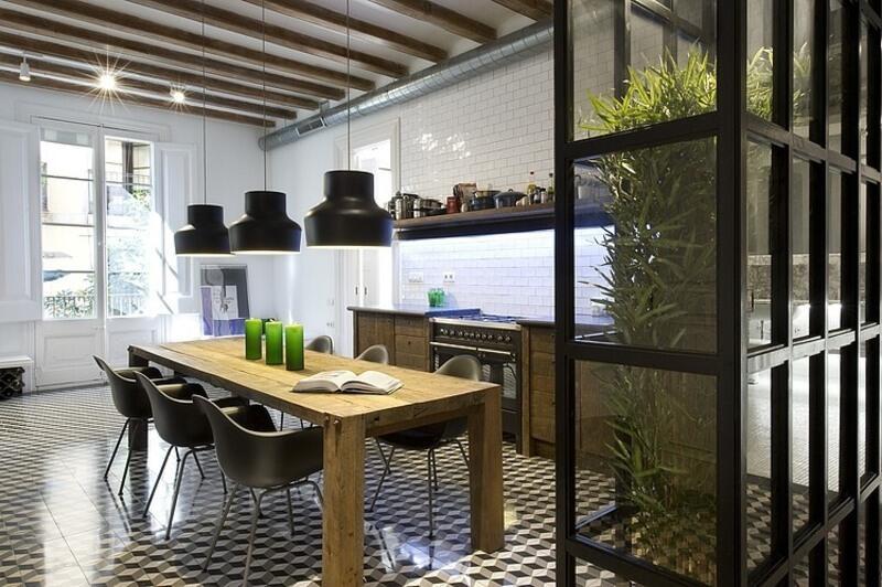 cocina estilo industrial con mesa de madera maciza