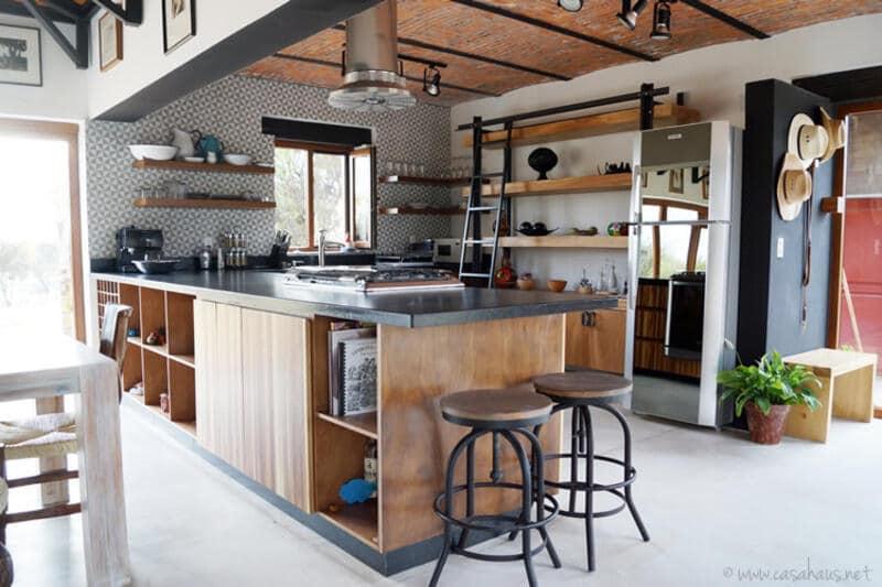 cocina estilo industrial con muebles en metal y madera