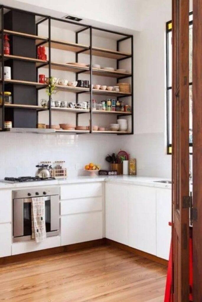 cocina estilo industrial con estantes de metal y madera
