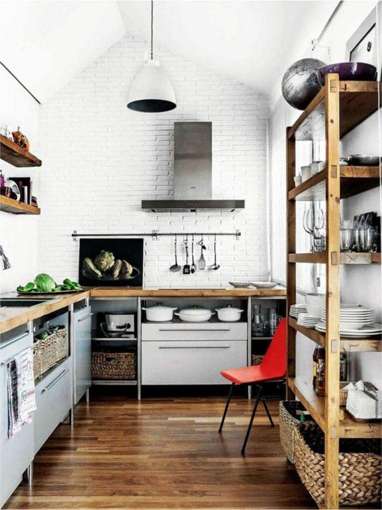 cocina estilo industrial con paredes y techo blanco