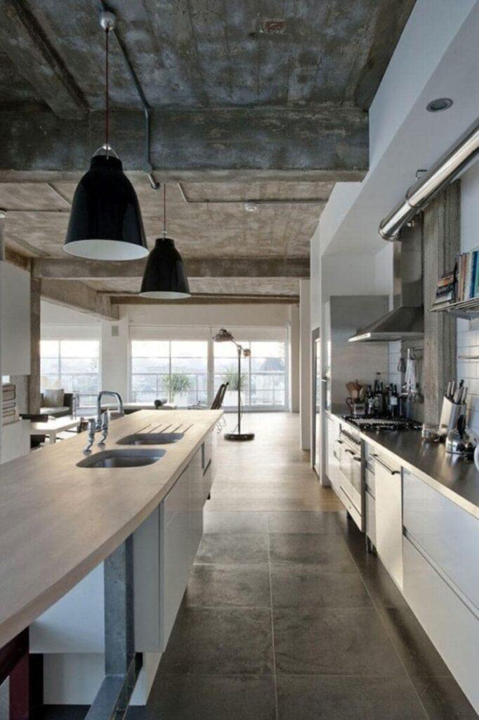 cocina estilo industrial con cemento y ventanal