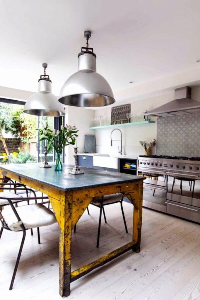 cocina estilo industrial  con mesa de metal