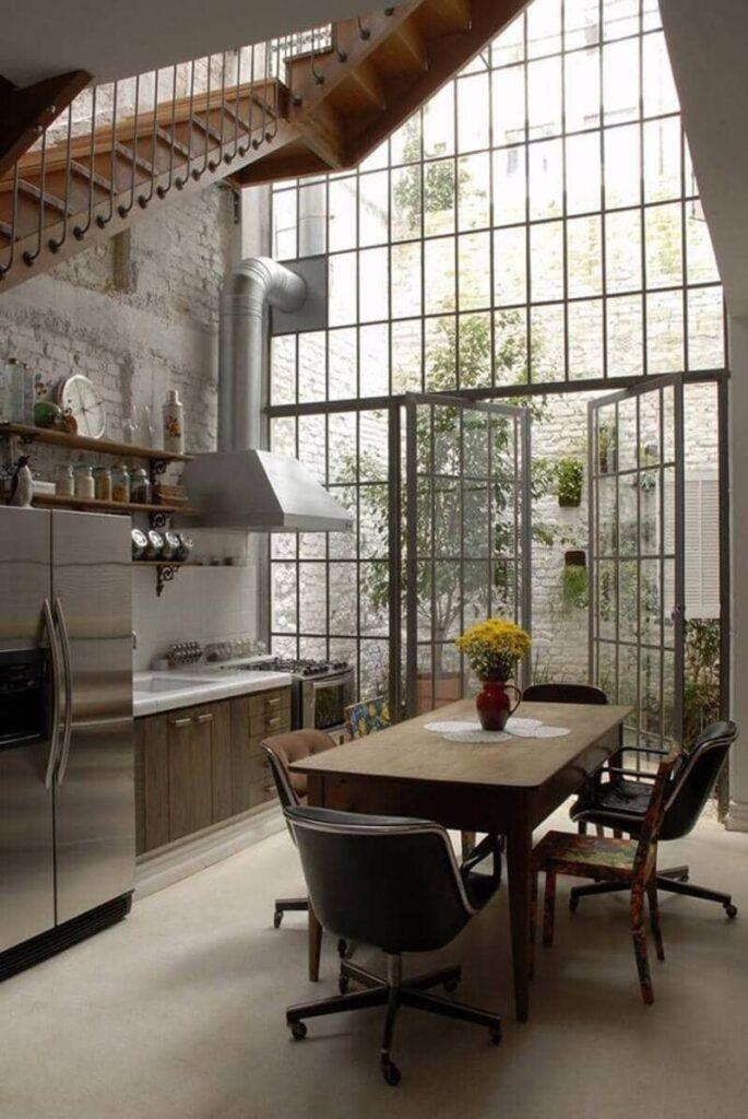 cocina estilo industrial con amplio ventanal