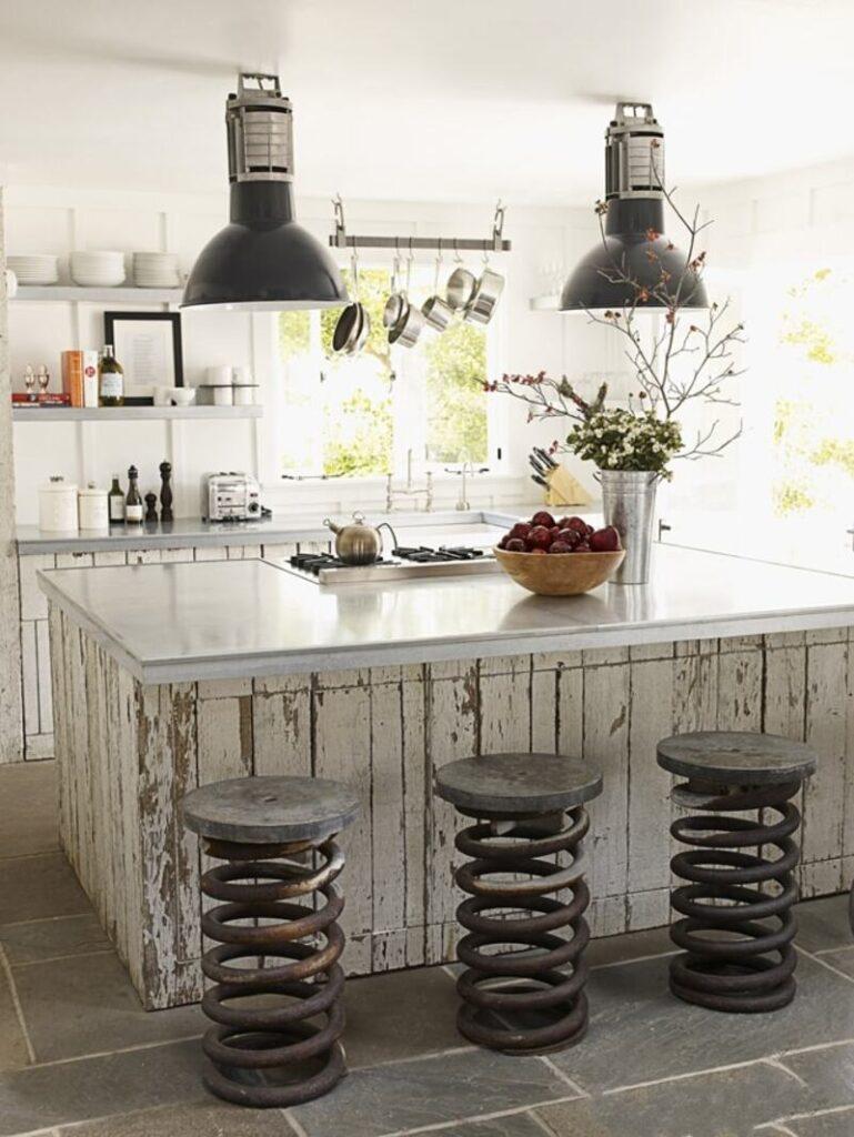 cocina estilo industrial con taburetes de resortes